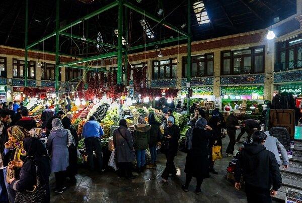 بازار شلوغ شب یلدا در تبریز/ مردمی که بیشتر تماشاگرند تا خریدار