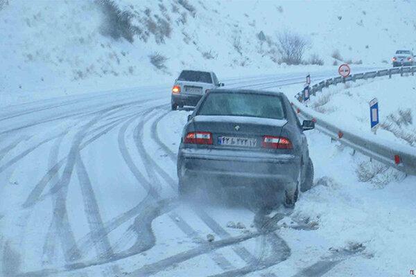 بارش برف و باران در خراسان رضوی؛ جاده ها لغزنده است