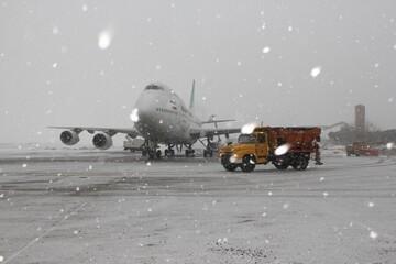 باند فرودگاه بین المللی شهید مدنی تبریز با وجود بارش سنگین برف باز است