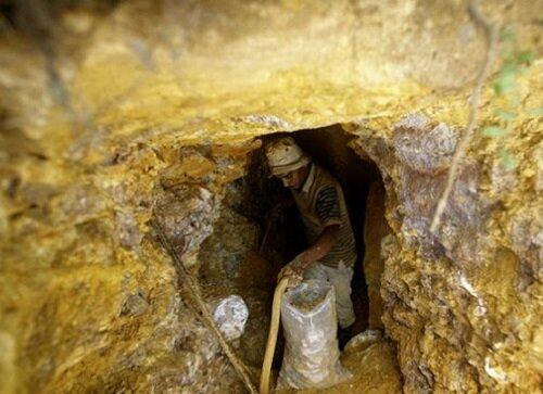 هیچ فعالیت استخراجی برای مواد فلزی در محدوده زنوز انجام نشده است