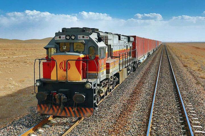 نخستین واگن حمل خودرو به ایستگاه راهآهن همدان وارد شد