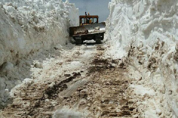 یک محور ارتباطی مازندران پس از ۶ ماه بازگشایی شد/ ارتفاع ۱۰ متری برف
