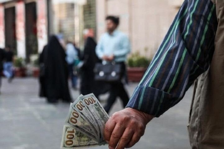 سقوط ۲ پله ای دلار در ۲ روز/ بازار کشش دلار ۳۰ هزار تومانی را ندارد