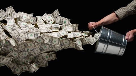 عقب نشینی دلار آمریکا به نفع بیت کوین و طلا