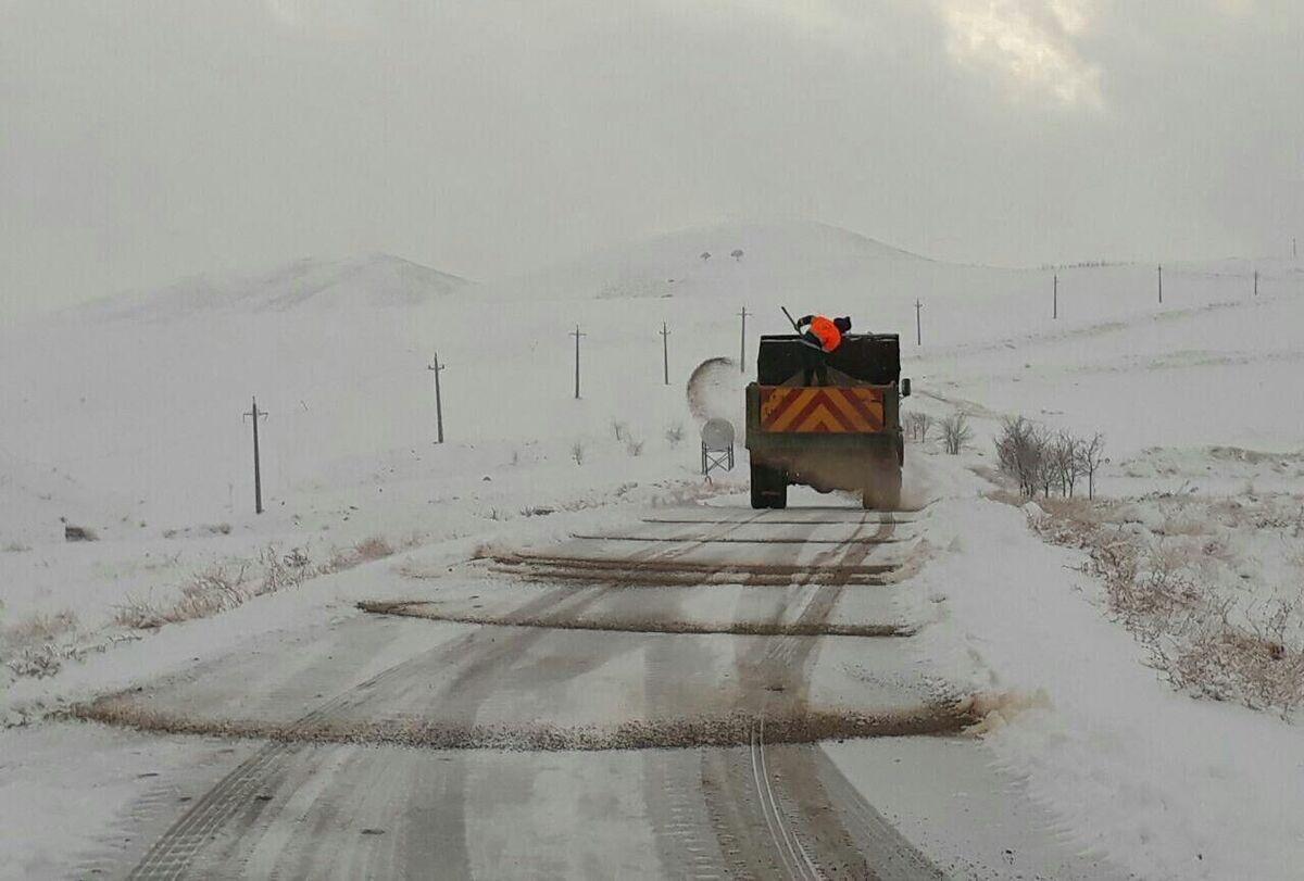 راهداران در حال بازگشایی راه ارتباطی ۳۰ روستای آذربایجانشرقی هستند