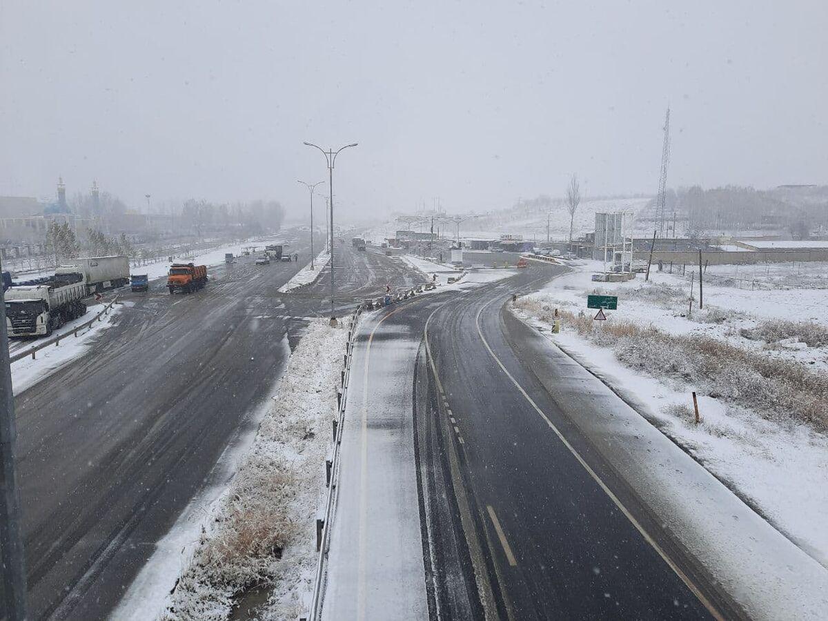 بارش شدید برف و لغزندگی جاده در محور اهر- تبریز