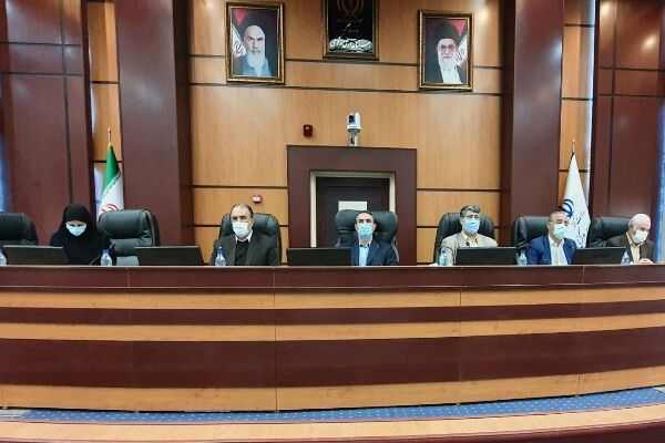 انتقاد مسئولان مرکزی از عدم انتقال کارت های بازرگانی شرکت ها به استان