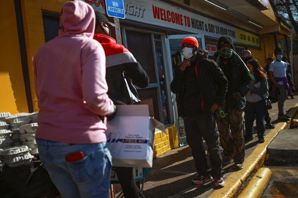 صفهای طولانی دریافت غذای رایگان در آمریکا