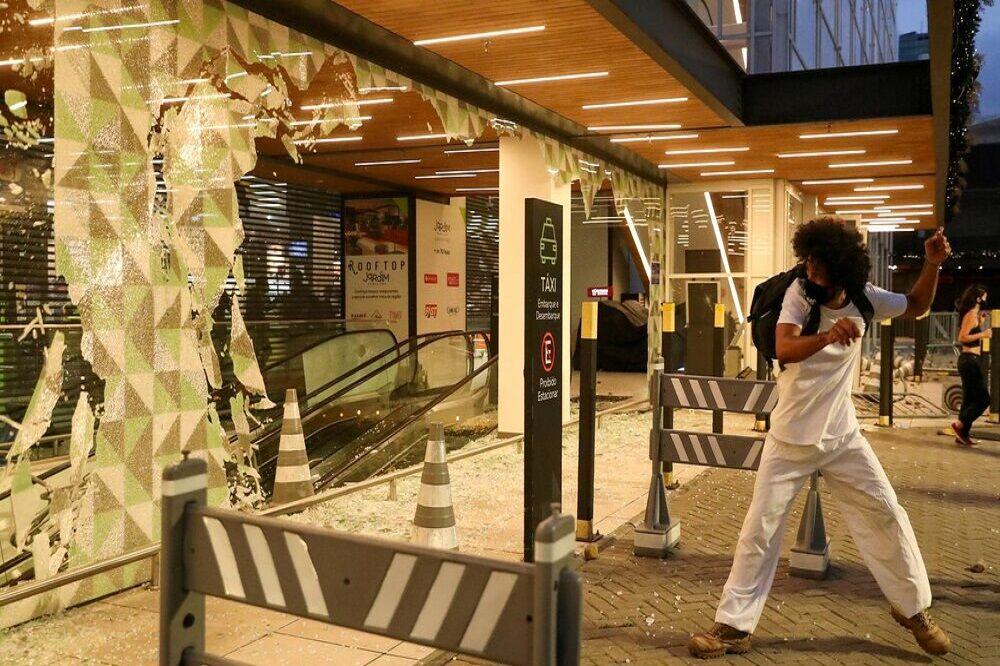 حمله معترضان خشمگین به فروشگاه زنجیرهای در برزیل