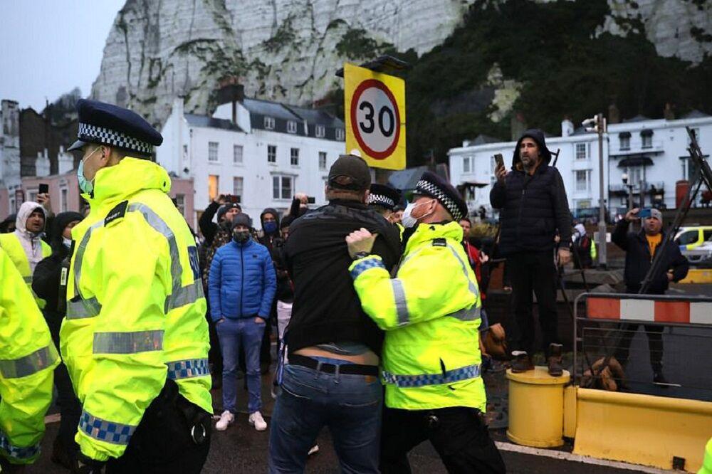سرگردانی رانندگان کامیون و درگیری با پلیس در مرز انگلیس