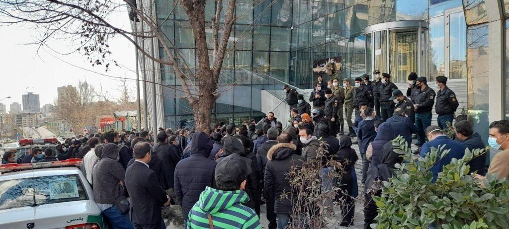 تجمع سهامداران معترض به مدیریت دولت در بورس + فیلم
