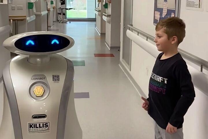 ربات لطیفهگو 4