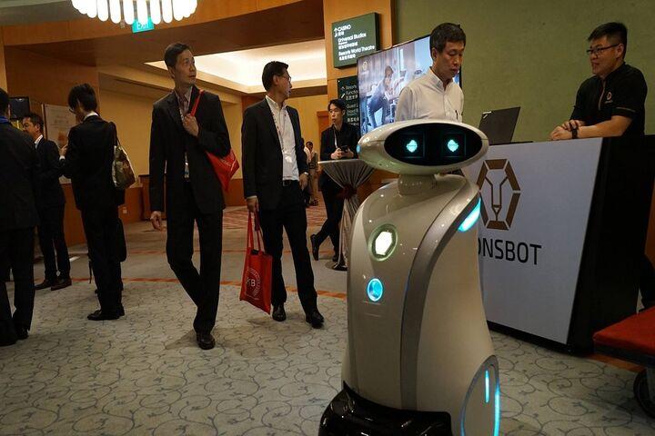 ربات لطیفهگو 5