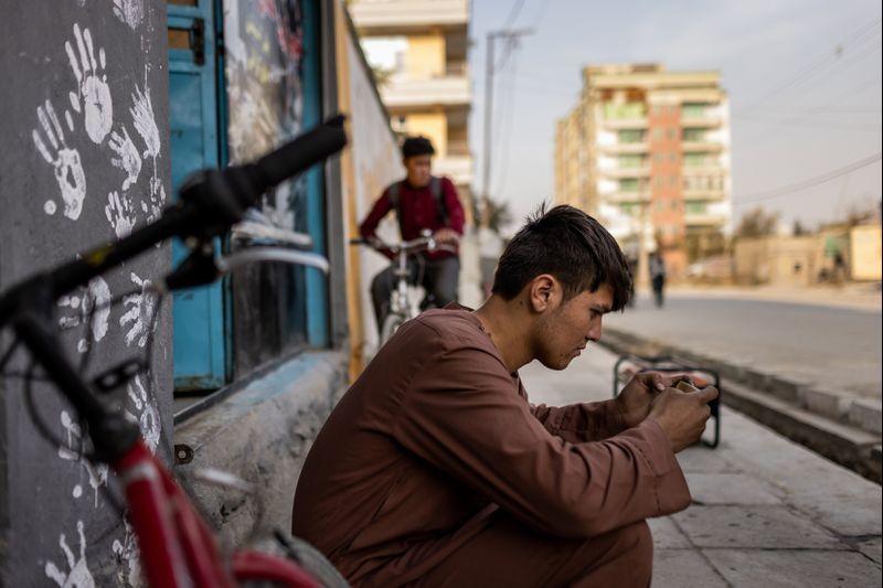 رونق تجارت آنلاین در افغانستان؛ سرمایه گذاری برای جوانان آسان نیست