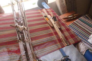 وقتی بانوان دستبهکار میشوند؛ «چادر شب بافی» سرایان در رکاب تولید قرار گرفت