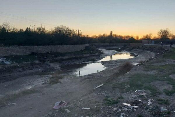 خشک شدن زمینهای کشاورزی پایتخت سیر ایران درسایه نبود مدیریت صحیح آب رودخانه گنبرف