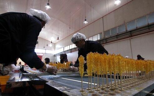 رنگ و روی سوغات مشهد از گرانی پرید؛ نبود مشتری کام نبات فروشان را تلخ کرد