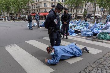 اعتراض پرستاران فرانسوی  به شرایط بد کاری