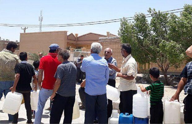 عبور مسئولان اصفهان از خط قرمز؛ شهروندان در صف خرید آب شرب ایستاده اند