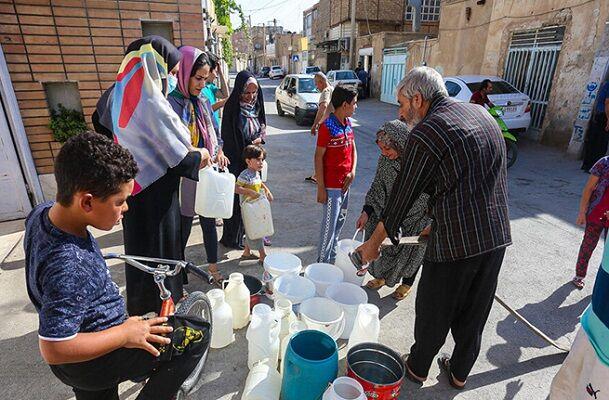 عبور اصفهان از خط قرمز؛ شهروندان در صف خرید آب شرب ایستادهاند